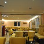 Genügend Sitzplätze & modernes Ambiente im Clubhaus