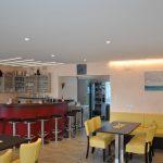 Clubhaus von innen, die rote Bar
